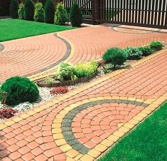 Садовая дорожка из брусчатки на даче: достоинства материала и этапы укладки
