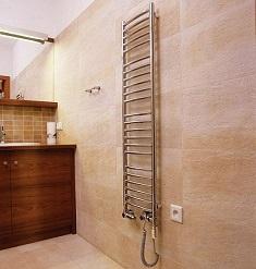 Особенность применения высоких полотенцесушителей для квартиры: виды и характеристики
