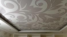 Какой стиль подобрать для натяжного потолка из ПВХ в гостиную