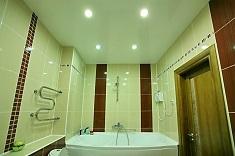 Какой материал выбрать для натяжного потолка  в ванную комнату: критерии выбора
