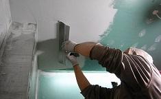 Применение гипсовой штукатурки для выравнивания потолка: этапы и способы нанесения