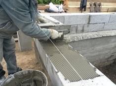 Процесс укладки шлакоблока на фундамент: этапы и особенность проведения работ