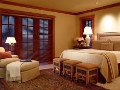 Как грамотно подобрать жалюзи на окна в спальню: виды и особенности