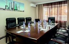 Кожаные кресла для оборудования конференц-зала: виды и назначение