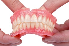 Какой материал лучше для съемных зубных протезов: достоинства и свойства разных видов